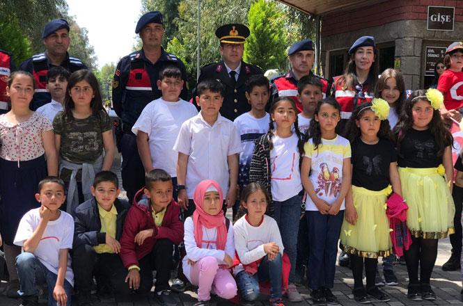 Tarsus Jandarması Çocukları Sevindirdi
