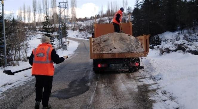 Ekipler, Buzlanan Yollarda Tuzlama Çalışması Yapıyor