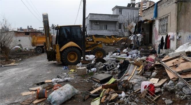 Mersin Yenişehir'de Bir Evden 5 Kamyon Çöp Çıkarıldı